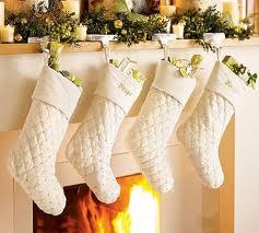 Los calcetines suelen ser rojos, pero el blanco también predomina