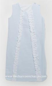 Saco de dormir en piqué azul con pasacintas, lazo y botones azules.