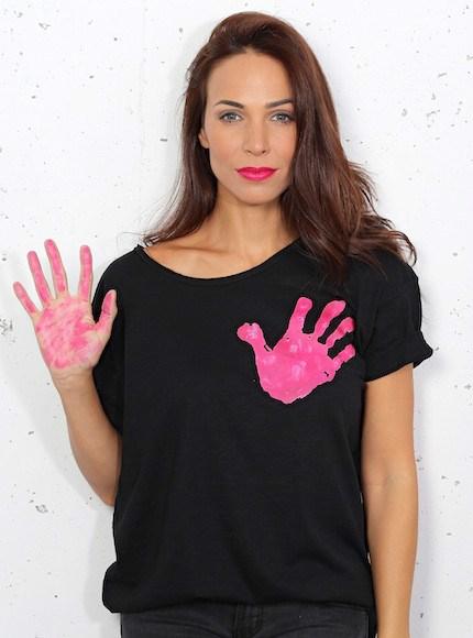 camiseta-solidaria-negra-con-la-mano-en-el-corazon-por-ainara_www.decharcoencharco.com