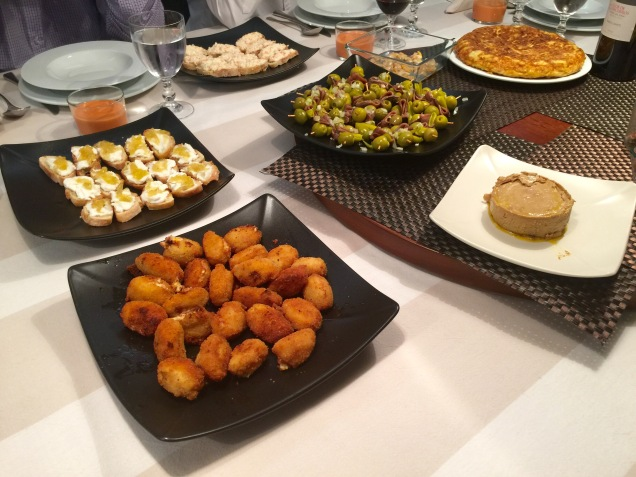 Una idea de cena en casa de picoteo a base de pintxos for Comida para invitados