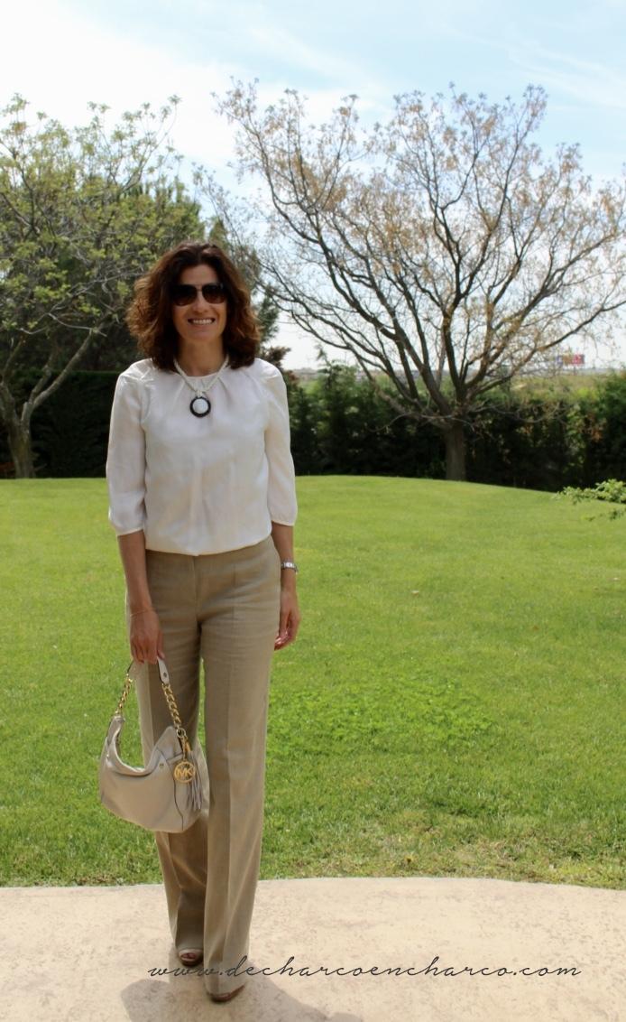 pantalones palazzo beiges con blusa blanca www.decharcoencharco.com