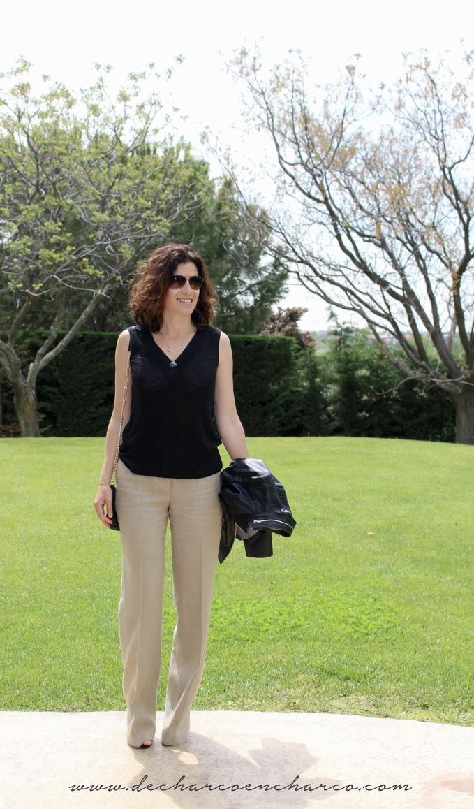 pantalones palazzo beiges con blusa negra www.decharcoencharco.com
