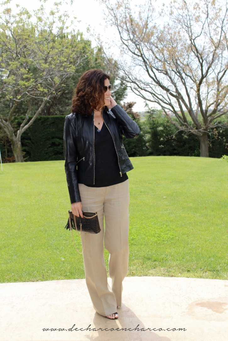 pantalones palazzo beiges con chaqueta cuero negra www.decharcoencharco.com