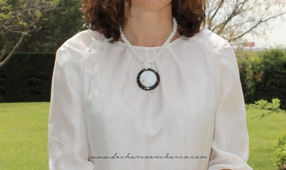 pantalones palazzo beiges con collar blanco www.decharcoencharco.com
