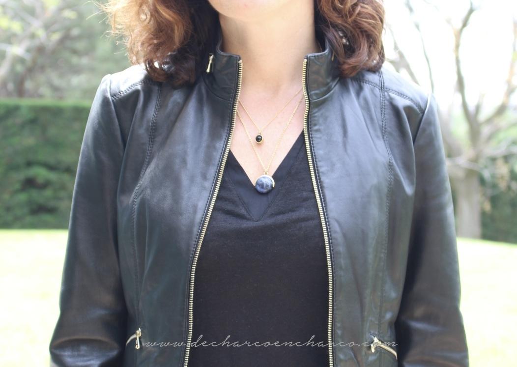 pantalones palazzo beiges con collar negro www.decharcoencharco.com