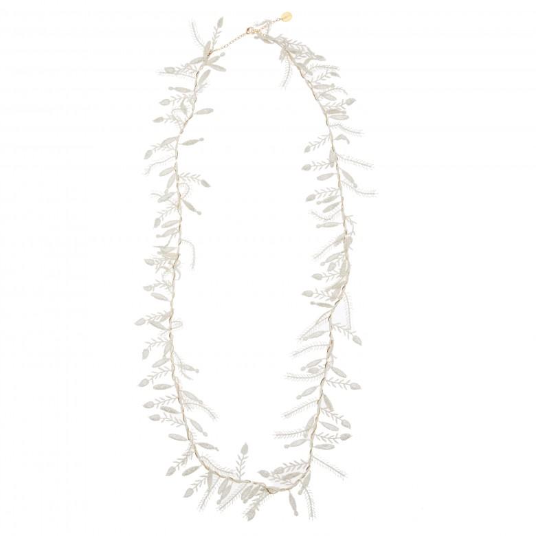 collar blanco hojas malababa www.decharcoencharco.com
